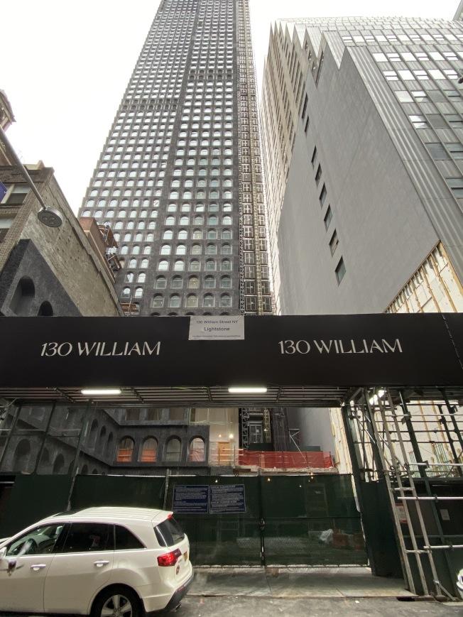 130 William位於曼哈頓金融區,樓下就是地鐵站。(記者金春香/攝影)
