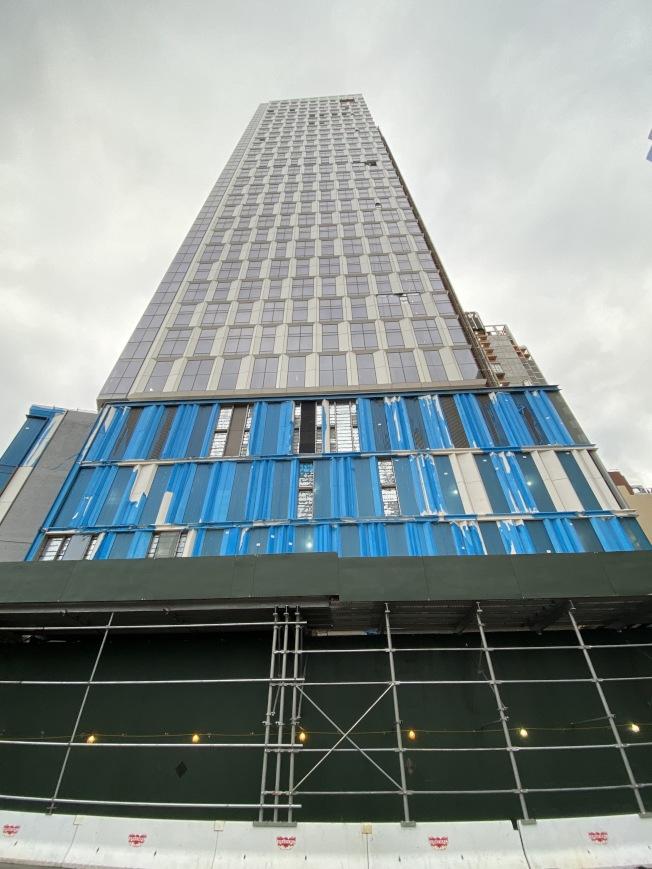 Brooklyn Point為一座藍色全玻璃高樓。(記者金春香/攝影)