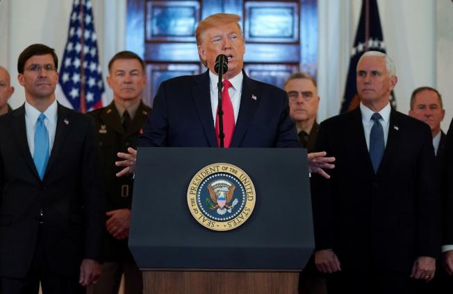 美國總統川普(中)說,伊朗已經退讓,所以美國不會動用軍事報復,而以更嚴厲的經濟封鎖來制裁伊朗。(路透)