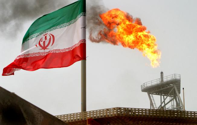 美伊緊張關係暫緩,國際油價立刻回跌。(路透)