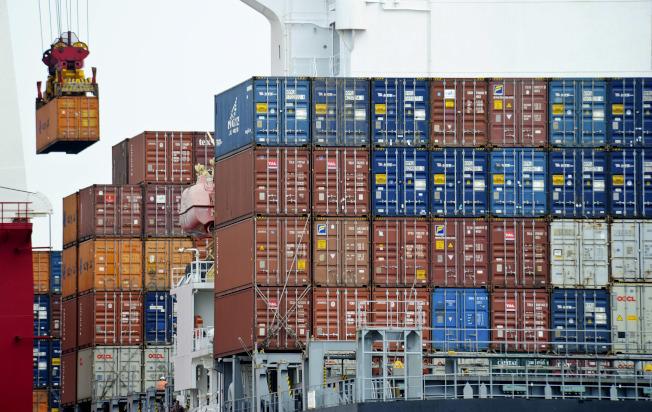 美中貿易戰對華人的許多行業都帶來巨大衝擊,而南加州地區作為主要港口,首當其衝。(美聯社)
