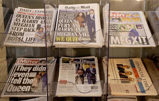 9日,英國某處一報紙攤,報紙頭版紛紛刊登哈利王子與妻子梅根宣布淡出王室的新聞。(美聯社)