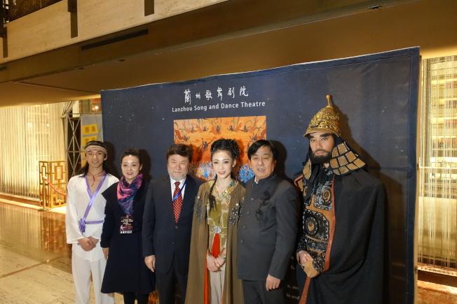 楊凱淵(左一)、陳維亞(左三)、陳彥汀(右三)、蘇孝林(右二)、楊希(右一)介紹舞劇。(記者金春香/攝影)