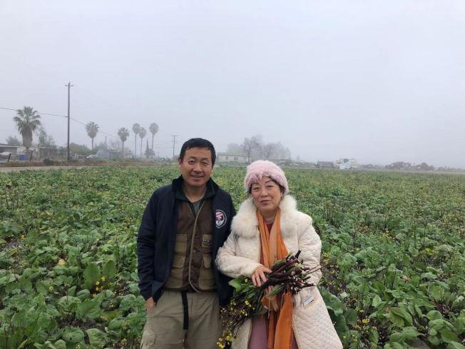 農場主班健(左)和從外州來買菜苔的客人。(班健提供)