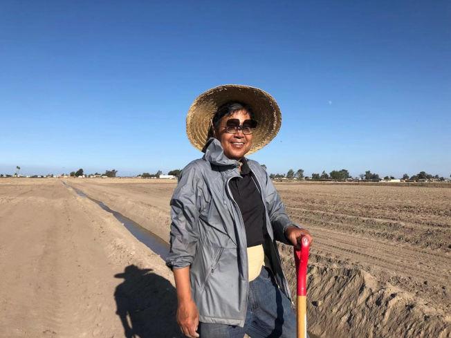 農場主人班健在地裡幹活。(班健提供)
