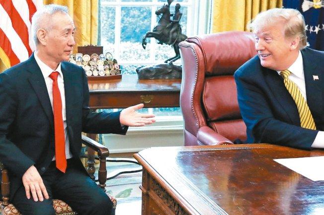 中國國務院副總理劉鶴將來美簽署第一階段貿易協議。圖為劉鶴(左)去年4月訪白宮與川普總統會面。(路透)