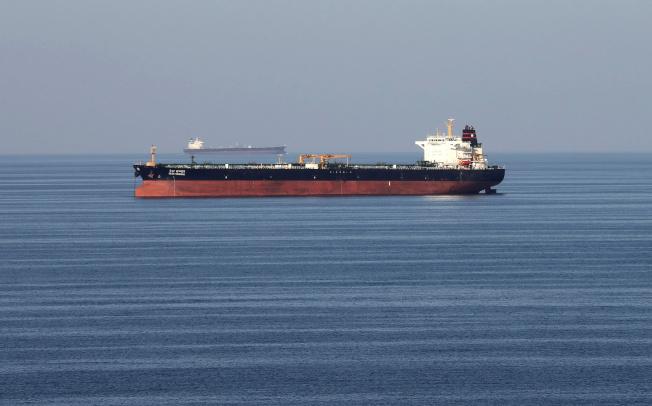 美伊衝突正在波及全球石油供應鏈,從波灣駛往中國的航線,運費愈來愈高。圖為一艘超級油輪通過荷姆茲海峽。(路透資料照片)