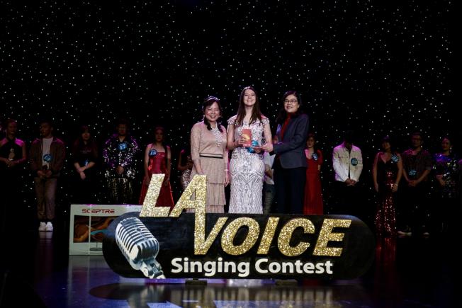 獲得2020年世界好聲音第三名的葆琳(中)領獎。(記者陳開/攝影)