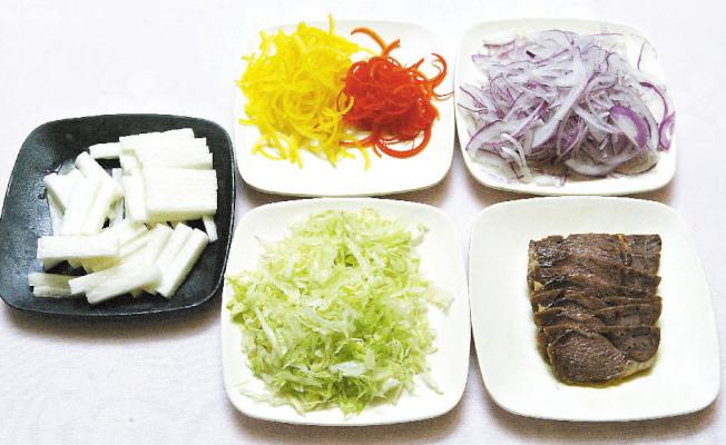 材料:牛腱50g、日式山藥40g、紫洋蔥絲10g、甜椒10g、生菜絲20g、和風醬。(聯合報)