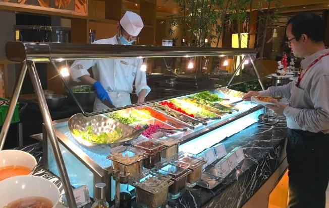 歲末年終聚餐旺季,營養師建議先吃蔬菜再其他食物。(本報資料照片)