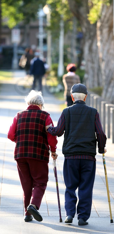 沒有運動習慣的銀髮族可從步行開始,提升下肢肌力。(本報資料照片)
