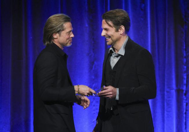 布萊德彼特(左)很感謝布萊德利庫柏幫助自己戒除酒癮。(美聯社)