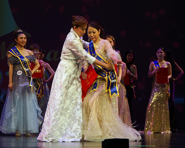 國際辣媽大賽創始人陳鐵梅(前左)為獲獎辣媽披掛綬帶。