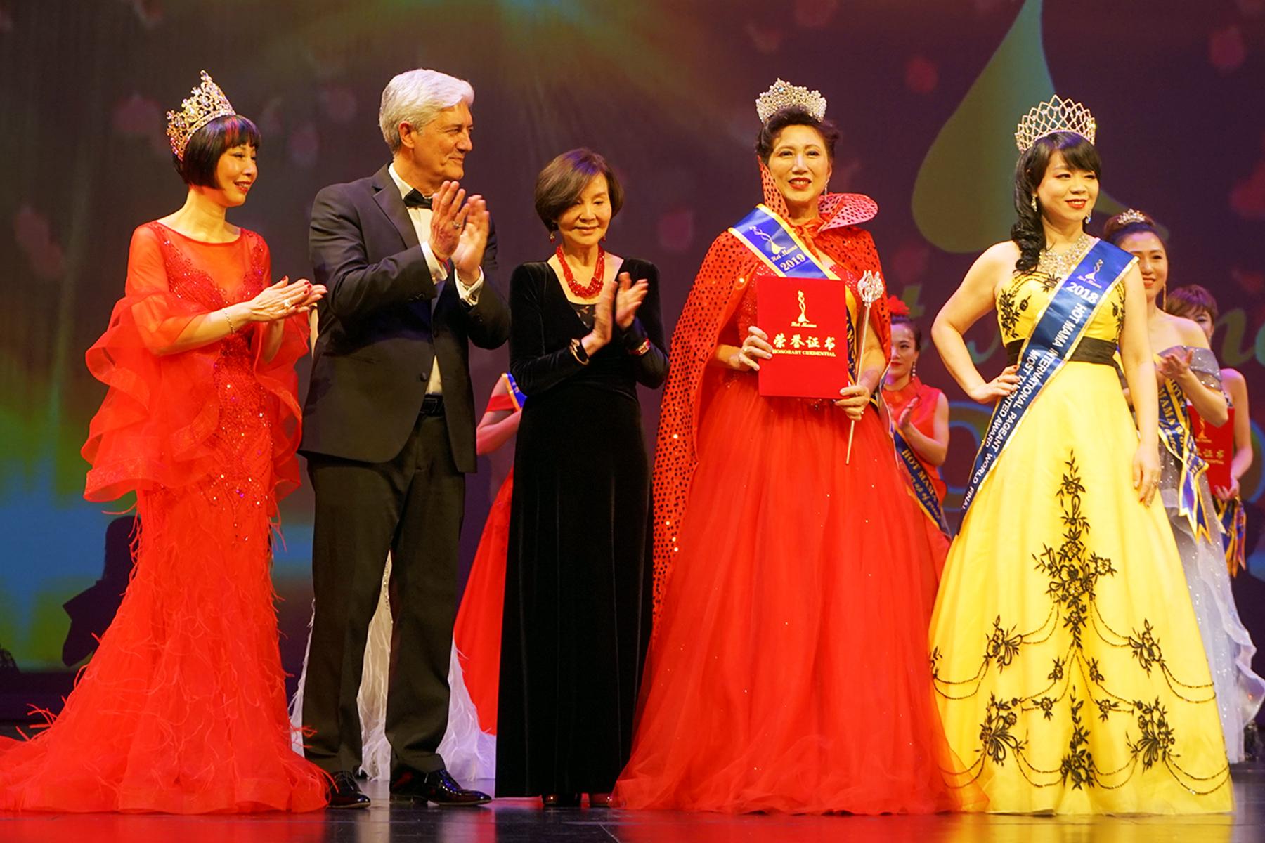 台灣著名影星歸亞蕾(左三)頒獎給獲得優雅組冠軍的加拿大選手殷伯英(右二)。