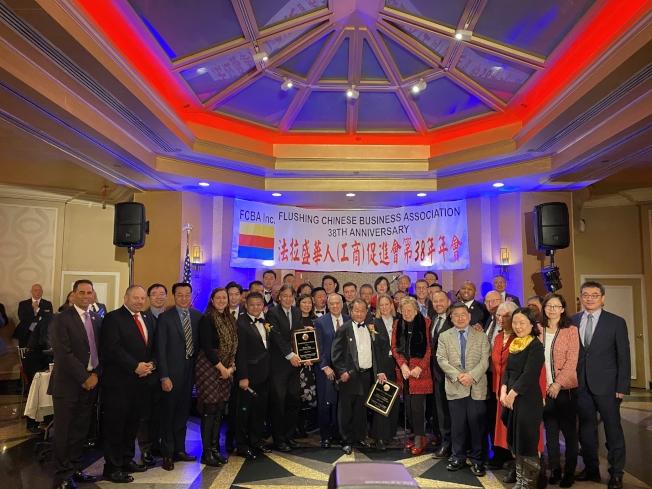 法拉盛華商會10日舉辦2020年會暨第38周年基金籌募餐會,多位皇后區民選官員到場祝賀,逾千人共慶。(記者牟蘭/攝影)