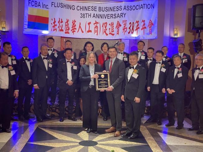 凱茲(前排左一)受到法拉盛華商會第38周年表揚。(記者牟蘭/攝影)