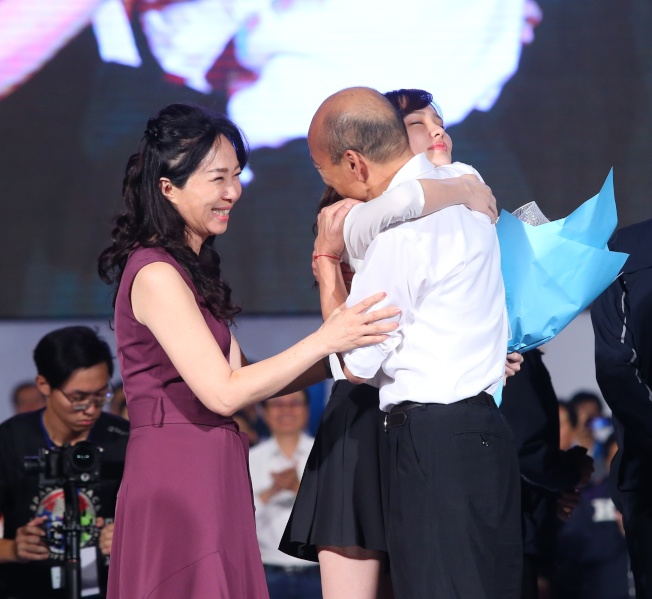 總統候選人韓國瑜(右起)與女兒韓冰、夫人李佳芬在選前之夜合體。(記者林澔一/攝影)