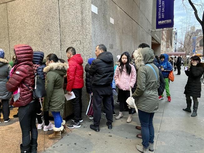 許多華人家長一早就到考場外,陪同子女排隊等候。(記者鄭怡嫣/攝影)