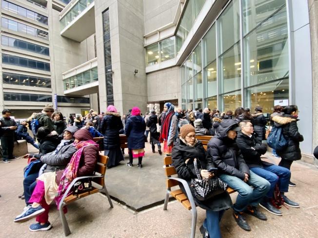 考試時間三小時,眾多陪考家長在考場外等候。(記者鄭怡嫣/攝影)