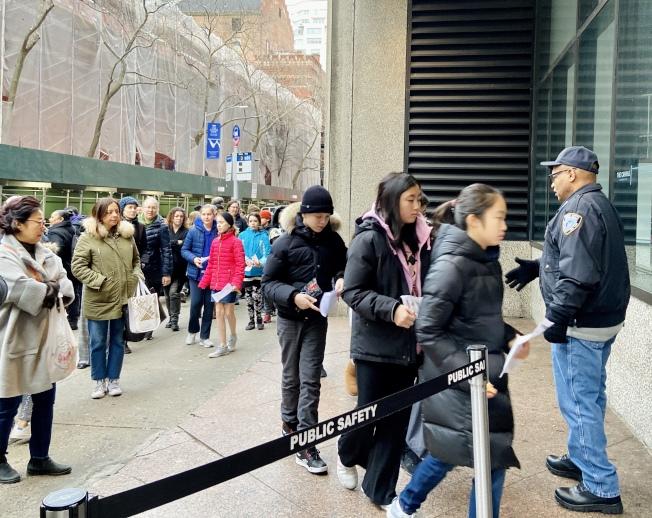 亨特高中入學考試,考生和家長頂著嚴寒在考場外排隊等待入場。(記者鄭怡嫣/攝影)