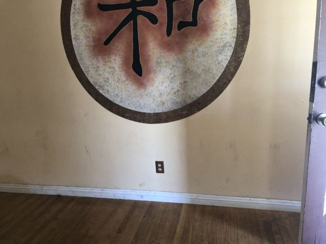 華人學生房客在牆上塗鴉。(周克蕙提供)