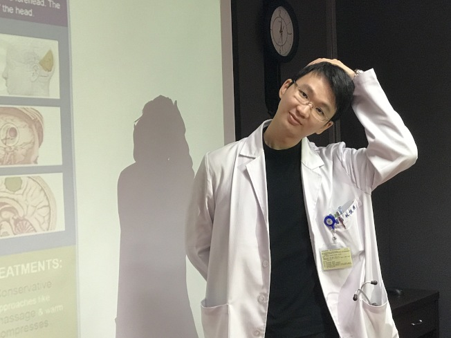 林俊甫醫師建議,枕神經痛如果痛左邊,用手把頭往右邊拉,持續5分鐘,可緩解不舒服。(記者吳淑君/攝影)