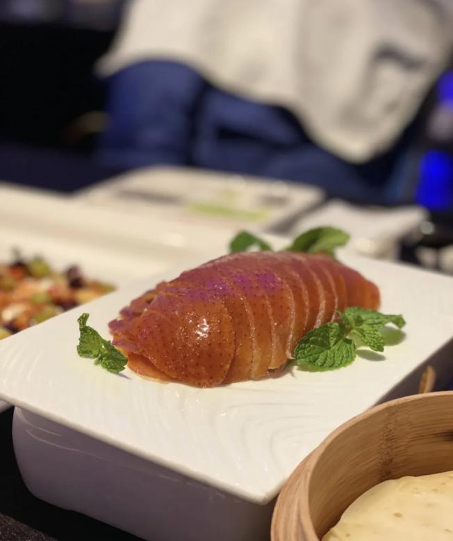 大董的招牌烤鴨,卻被紐約時報食評稱之為「乾且無味」。(記者張晨/攝影)