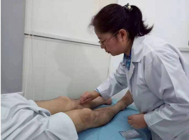 「中國針灸中心」裡,當地患者正在接受針灸治療。(取材自紅星新聞)