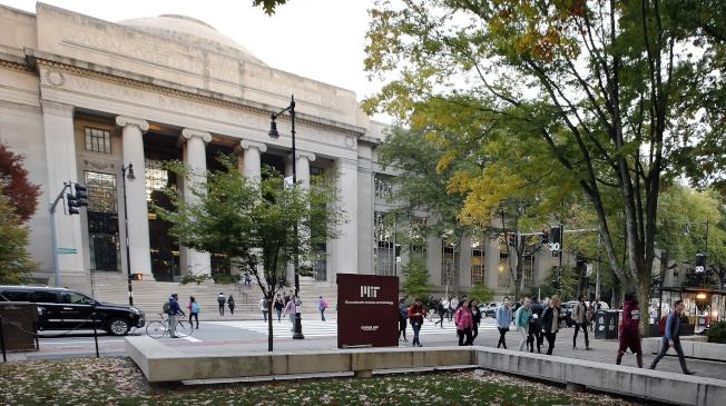麻省理工學院提醒外籍研究學者,美國移民局可能進入校園查核外國人的簽證。圖為MIT校園。(美聯社)