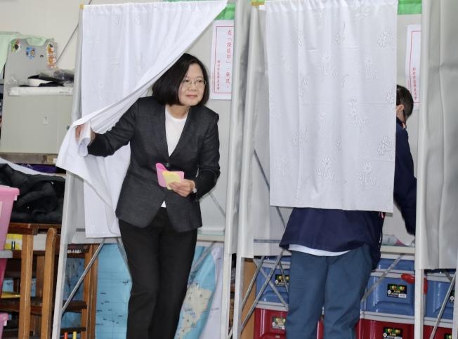 蔡英文總統上午前往新北市永和秀朗國小投票。(記者杜建重/攝影)