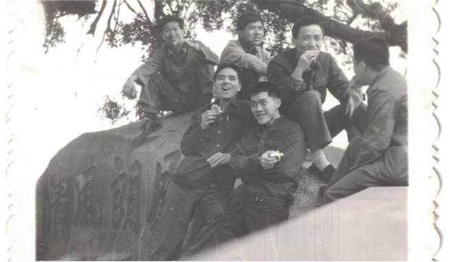 照片為作者與同學在于山「月朗風清」題刻旁的留影。
