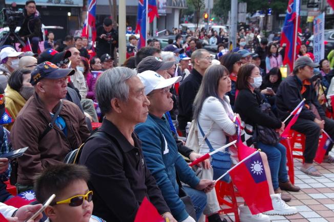 韓國瑜開票持續落後,國民黨中央黨部前支持者面色凝重。記者程嘉文/攝影