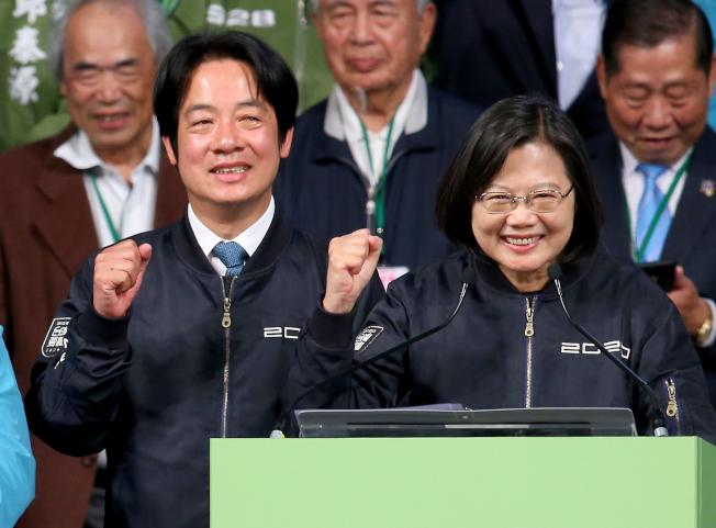 蔡英文總統(右)在2020總統大選以超過800萬得票數連任成功,締造台灣總統大選史上最高得票數紀錄,她與新任副總統當選人賴清德(左)在晚間9點多走到競選總部外感謝支持者。記者余承翰/攝影