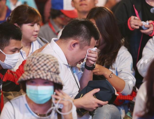 韓國瑜票數一路落後,在高雄競選總部的支持者流下眼淚。記者林澔一/攝影