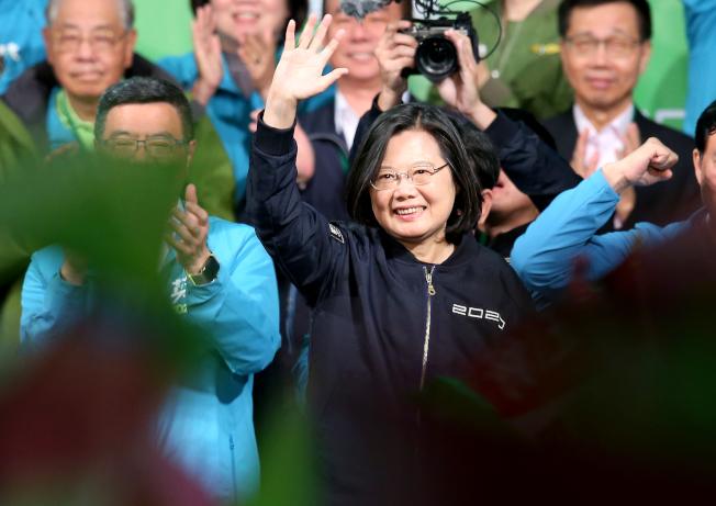 蔡英文總統(中)在2020總統大選以超過800萬得票數連任成功,締造台灣總統大選史上最高得票數紀錄,她在晚間9點多走到競選總部外感謝支持者的力挺,並向大家喊話她還有四年的時間,會留給你們更好的國家。記者余承翰/攝影