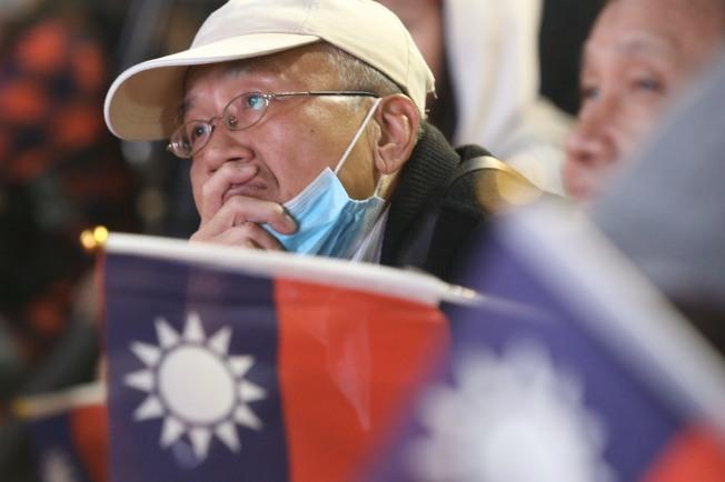 眼看總統開票過程差距愈拉愈大,國民黨中央黨部前,等待結果的民眾氣氛顯得低迷,許多人表情凝重。記者林俊良/攝影
