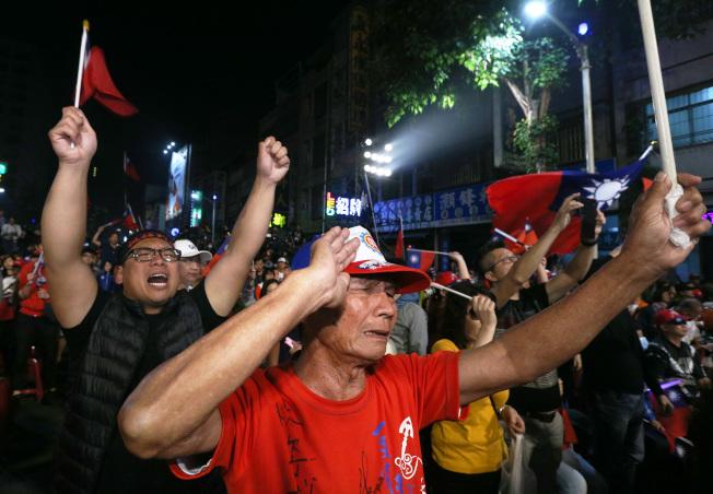 韓國瑜宣布敗選,台下支持者不捨落淚。記者劉學聖/攝影