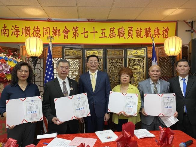 張俊裕(左三)、黃正傑(右一)向游淑輝(右三)、朱超然(左二)、陳秀瓊(左一)頒發賀狀。(記者金春香/攝影)