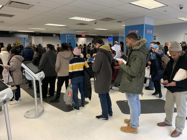 DMV依「紐約綠燈法」為無證客辦理駕照以來,每日都大排長龍。(本報檔案照)