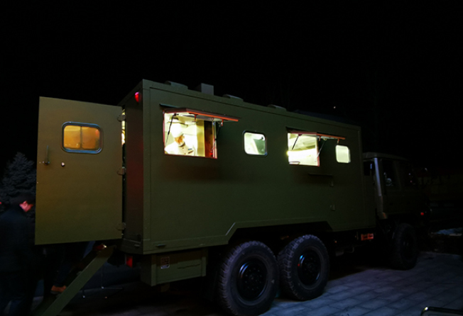 中國國防部10日舉行中外媒體新春招待會,展示解放軍的野戰炊事車。(取材自澎湃新聞)