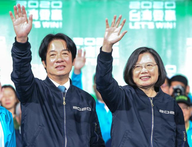 蔡英文總統(右)高票連任,得票數創下民選總統史上新高,圖為她與副總統當選人賴清德(左)感謝支持者。(記者陳柏亨/攝影)
