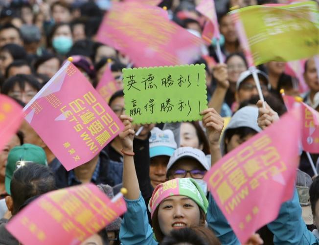 民進黨在總統和立委選舉獲得壓倒性勝利,支持者手持旗幟熱情吶喊。(記者陳柏亨/攝影)