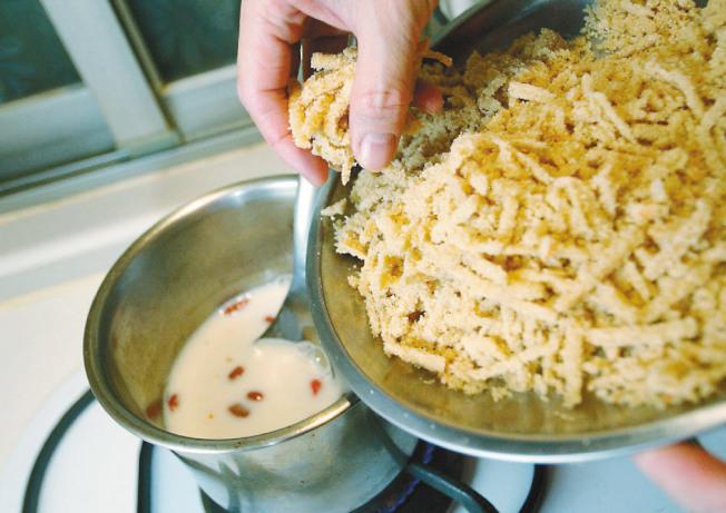 養生發糕漿 步驟3:放入條狀發糕,熄火,灑上熟芝麻即可享用。(圖:聯合報提供)