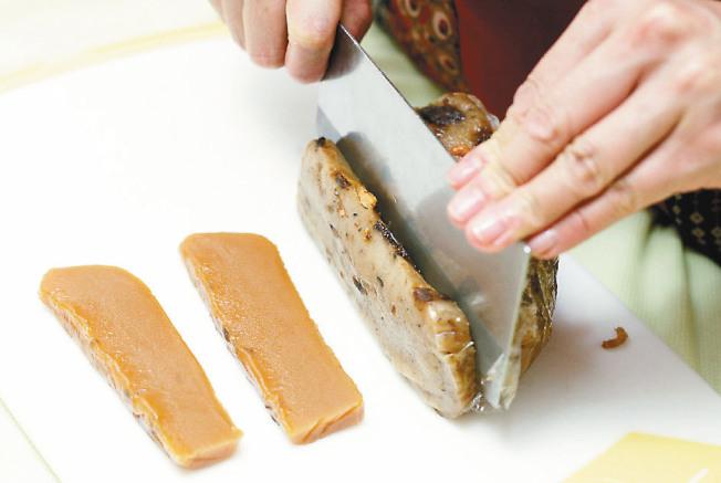 芝麻糖果糕 步驟1:年糕切粗條,約1x2.5公分。蛋黃加一小匙水拌勻,一小鍋熱油備用。(圖:聯合報提供)