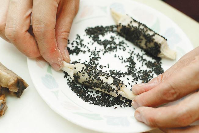 芝麻糖果糕 步驟3:將外皮也刷上蛋黃,沾上芝麻。放入油溫約175℃炸成金黃,即完成。(圖:聯合報提供)