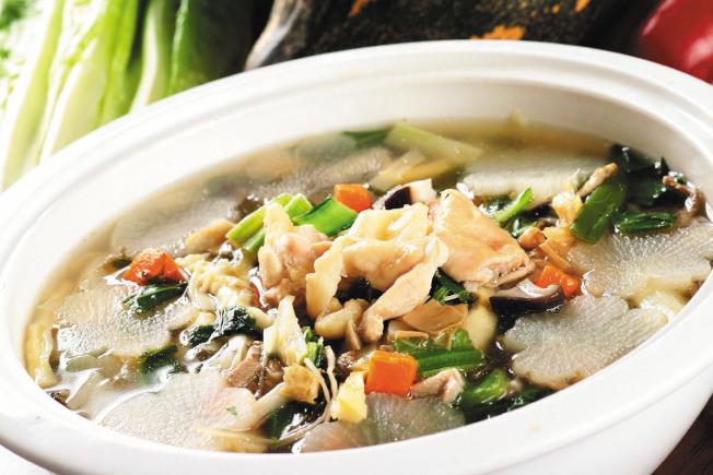 TIPS剩下的雞肉切塊,也可入料同煮;因是雜菜燴,所以投入的剩菜不限。若是佛跳牆,只要加入長年菜或青花菜等,再加清水同煮即可。(本報資料照片)