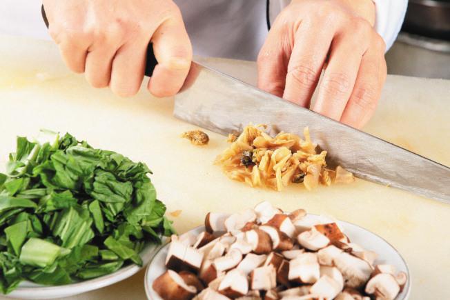 作法2:客家鹹菜、乾香菇、筍乾、福菜等,一起加水洗淨,再泡水20分鐘;再將每一種材料切成片狀,備用。(本報資料照片)