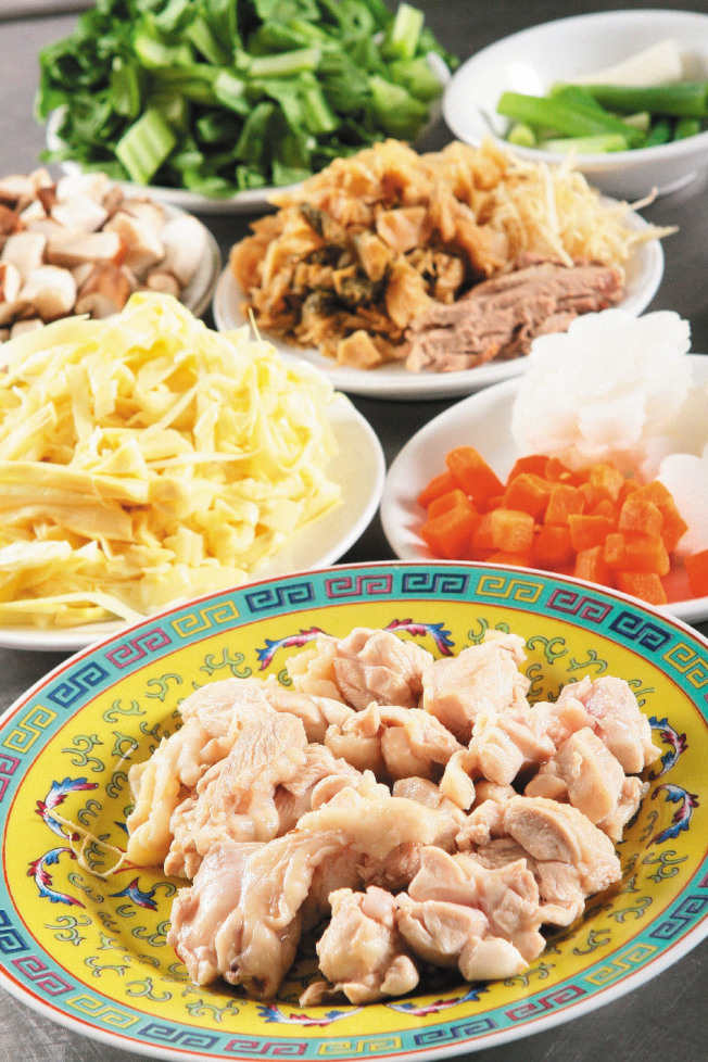 作法1:雞肉以滾水汆燙,再加水熬成高湯,備用。長年菜、鮮香菇、竹筍、紅蘿蔔、白蘿蔔、蔥、薑等,切段或薄片。(本報資料照片)