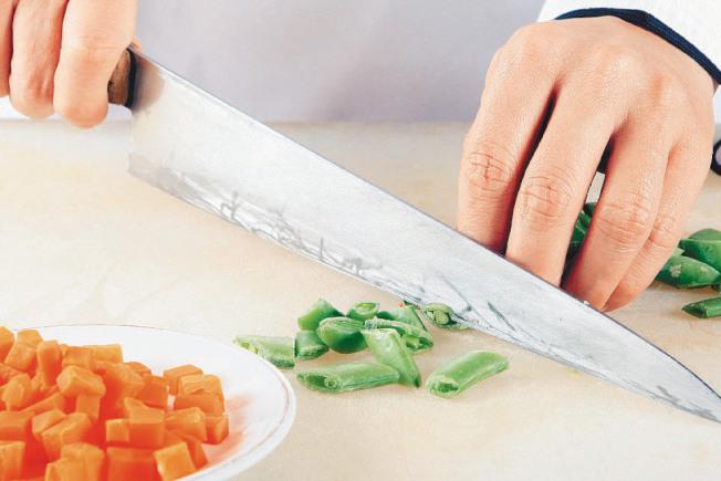作法2:枸杞、紅棗洗淨,甜豆切段,紅蘿蔔去皮、切小丁。(本報資料照片)