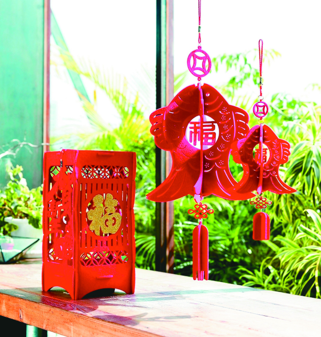 各種紅色吊飾、燈飾是過年必備增添年味的小物。(圖:HOLA特力和樂提供)